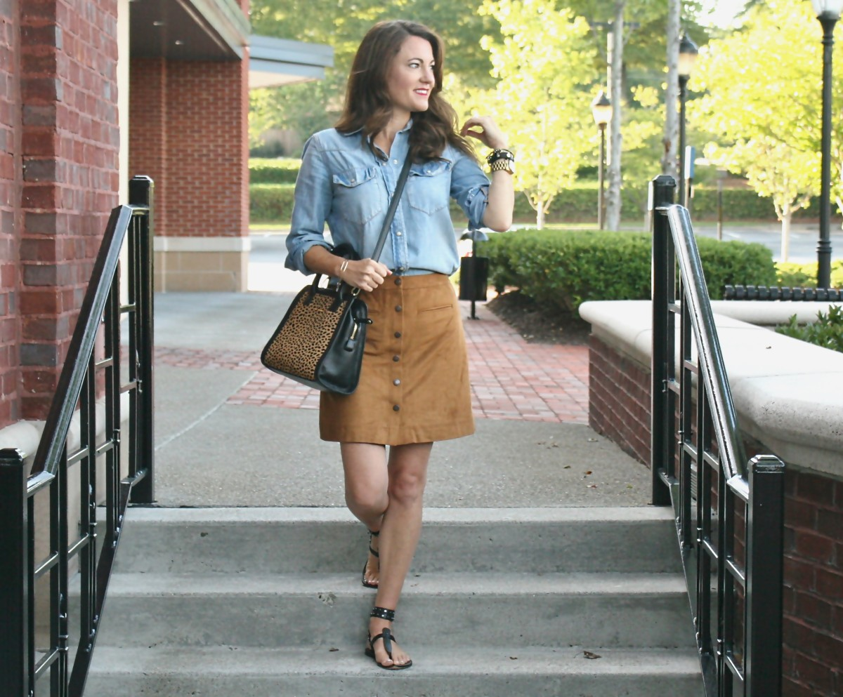 brown-suede-skirt-outfit-idea