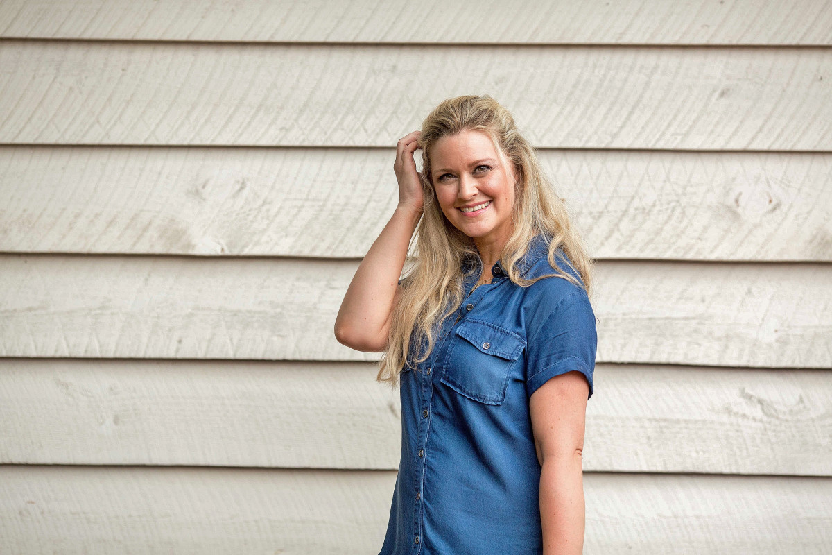 how to wear a denim dress  in the summer - Peaches in a  Pod