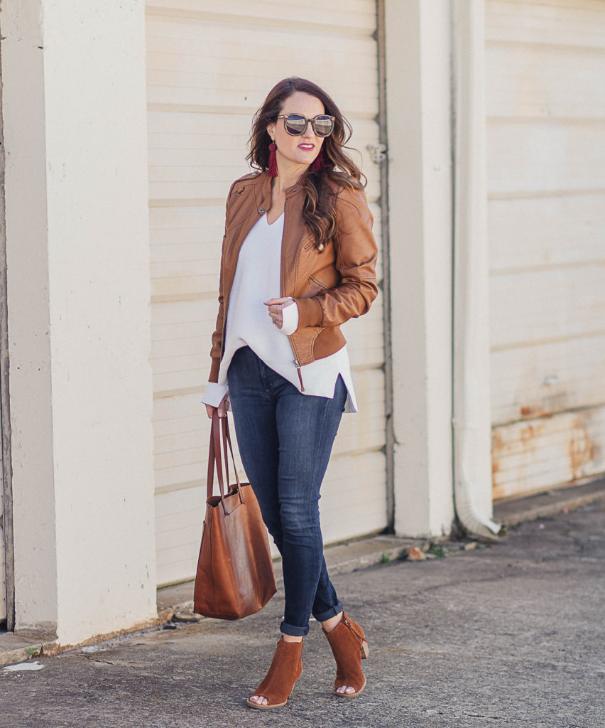 Brown leather jacket outfit idea for women via Peaches In A Pod blog.