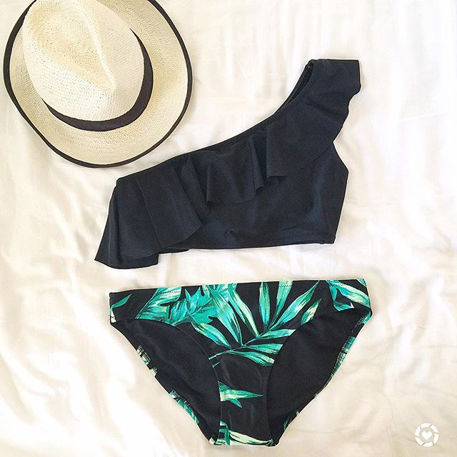 An adorable one shoulder bathing suit that is perfect for Spring break!