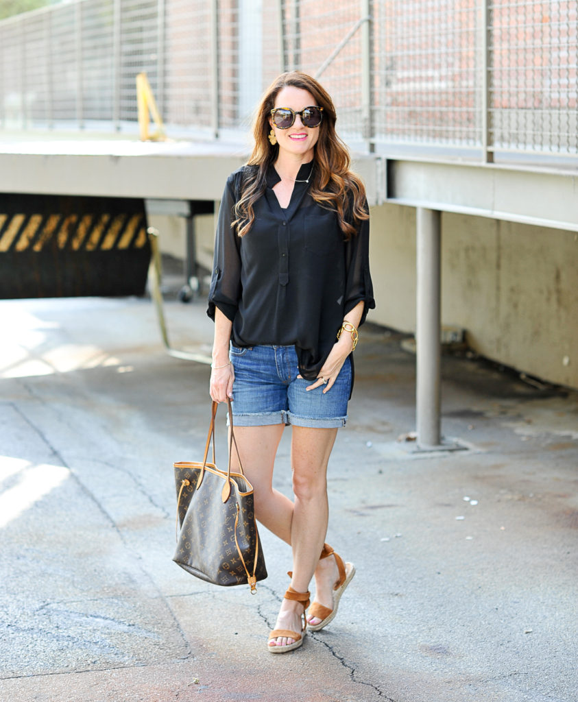 Casual summer outfit ideas for women via Peaches In A Pod blog.