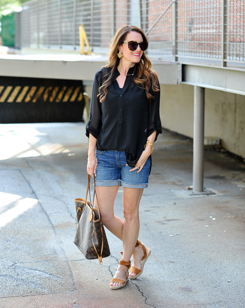 Casual summer outfit idea for women via Peaches In A Pod blog.