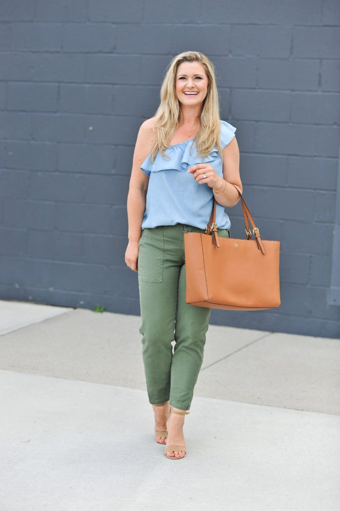 How to dress up olive green pants to create a great casual night out outfit.