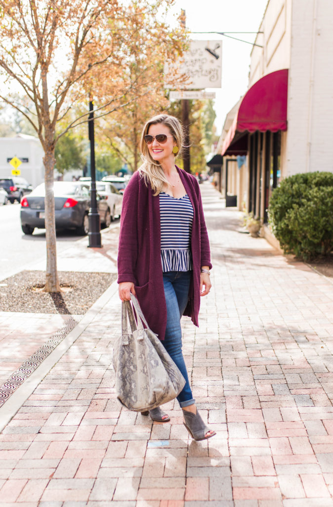 How to wear an oversized cardigan to create a great casual outfit that is perfect for Fall.