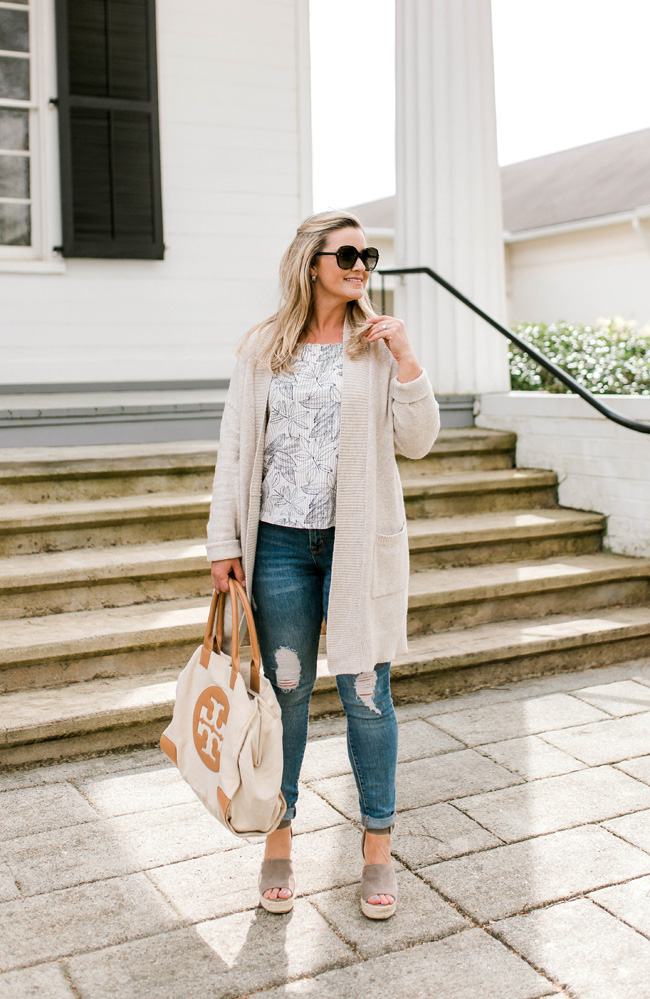 casual spring outfit with platform wedges and jeans