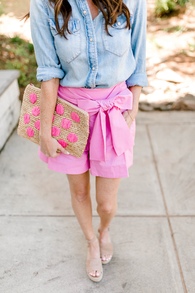 How to wear pink shorts this Summer via Peaches In A Pod blog. Women's Summer fashion.